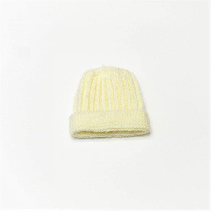 Bonnet bébé en laine mérinos de couleur écru confectionné par la marque les Mamies Tricoteuses, le parfait cadeau de naissance