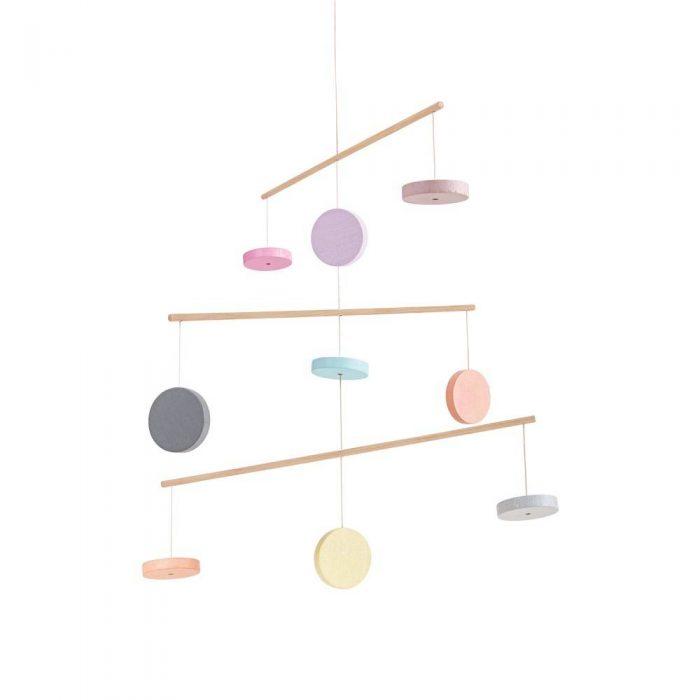 Mobile à suspendre en bois de couleur pastel de la marque Plan Toys